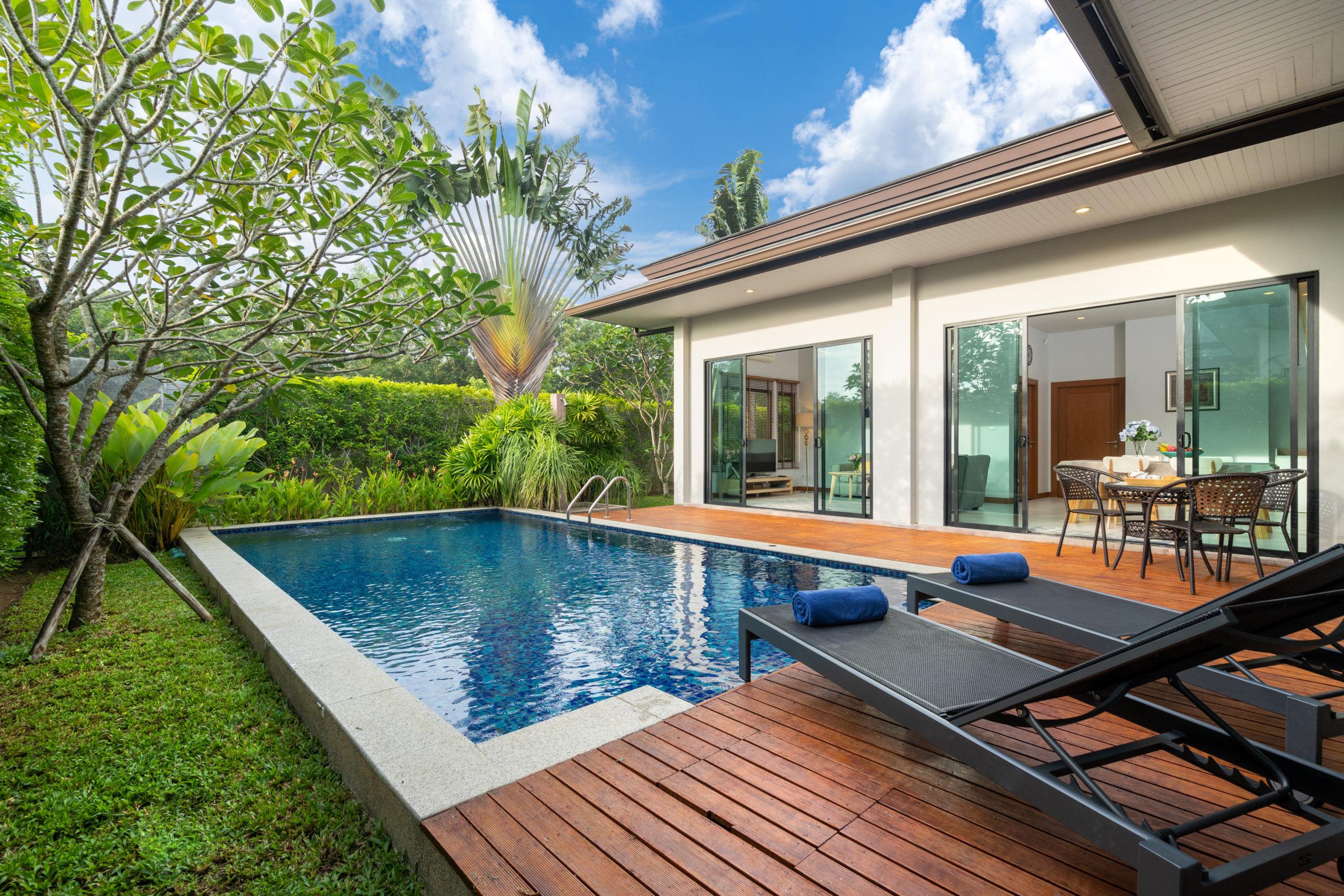 Exemple d'intégration d'une piscine et sa terrasse en bois dans le prolongement de l' extension de la maison.