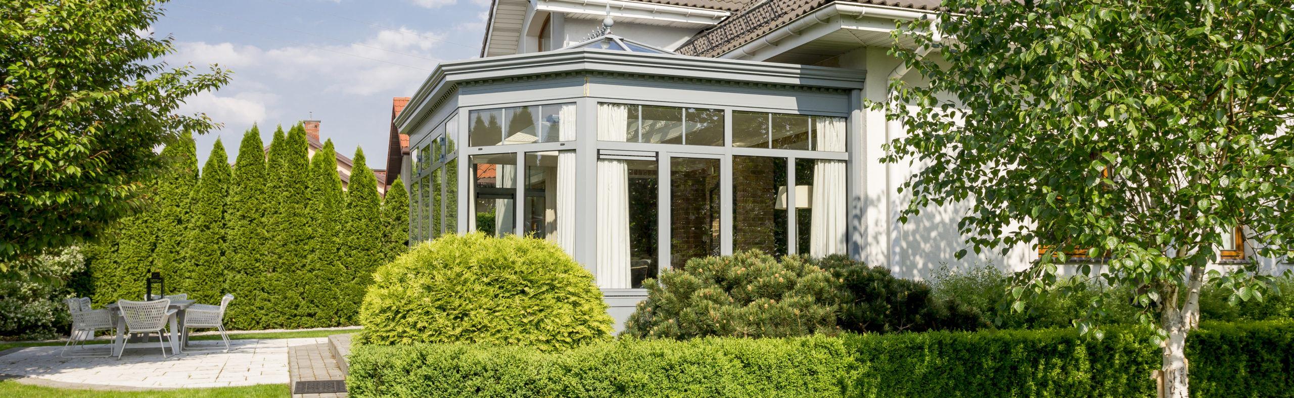 Cette véranda conçue par un Architecte s'intègre parfaitement à l'esthétisme de la maison