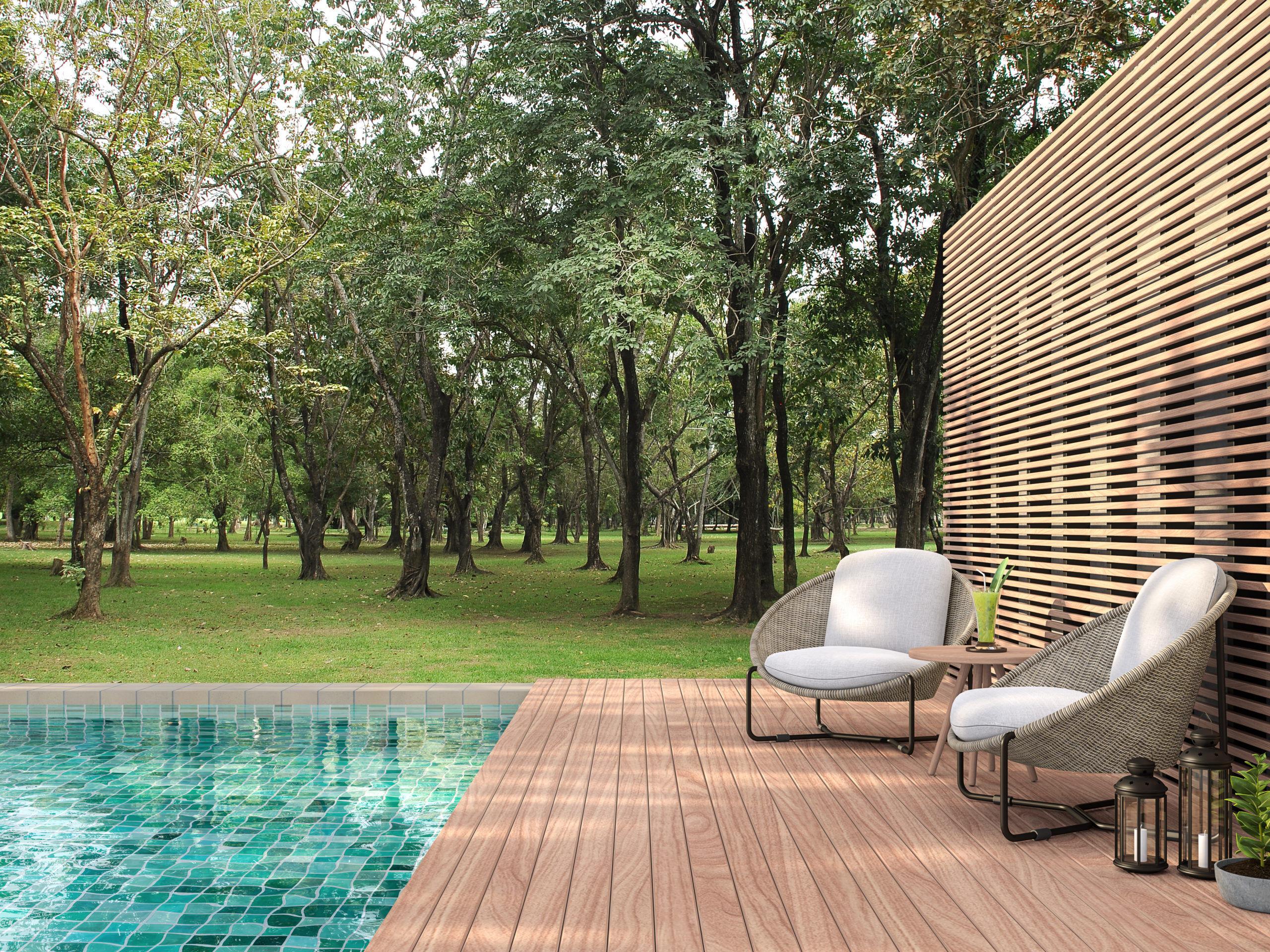 Sa piscine coté nature avec une terrasse en boid